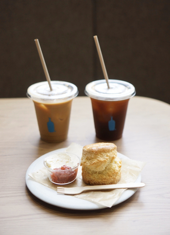 清澄白河のコーヒーブームの火付け役である「ブルーボトルコーヒー 清澄白河フラッグシップカフェ」。実は、国内のブルーボトルコーヒーの中ではこのお店が一号店なんです。