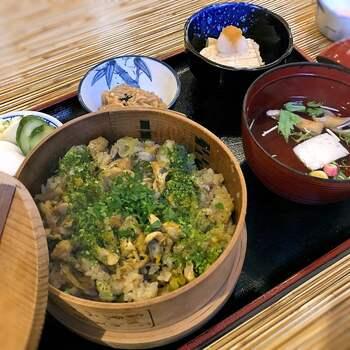 清澄白河の有名グルメといえば、貝と野菜を一緒に炊き込んだ「深川めし」!こちらの「割烹 みや古 (みやこ)」では、風味豊かなあさりを焚き込んだ深川めしをいただくことができます。