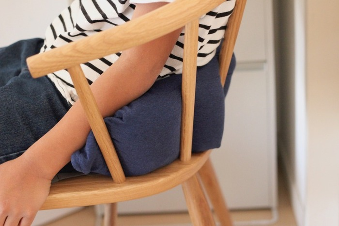 ネッククッションですが、このようにするとビーズが腰を包み込むような感覚でリラックスできますよ。こちらもカバーが外せるので、汗をかいたり汚れたら洗って使えて便利です。