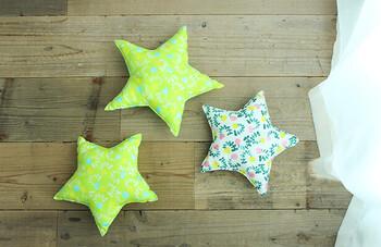 星形のクッションは子供部屋にぴったり。星の形にカットした布を縫って、綿を入れて、もう一度縫うだけなので意外と簡単です。大きさや色柄の異なる布でいくつか作ると、楽しいお部屋になりますよ♪