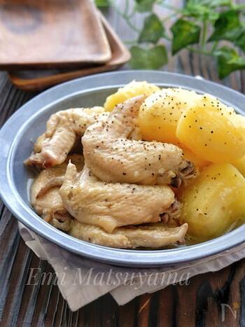 ホロっとやわらかい手羽先と、ホクホクのじゃがいもが美味しい煮込みレシピ。水、酒、みりん、鶏ガラスープの素、ニンニクすりおろし、塩で作ります。