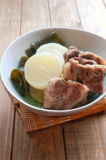 昆布の旨味が大根と豚肉にギュッと染み込んだ一品♪豚肉もやわらかく仕上がり美味しいです。シンプルな調味料で、素材の味を楽しみましょう。
