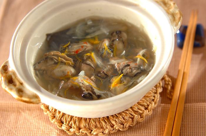 寒い季節に食べたい「カキの酒塩煮」。カキの旨味を堪能できます!仕上げにユズ皮を散らせば、食卓に爽やかな香りが広がります。