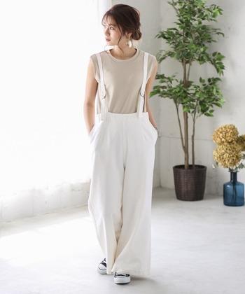 夏のサロペットは、見た目も涼しげに着たいですね。爽やかで清潔感のあるホワイトコーデにも挑戦してみましょう。インナーも夏ならではのキャミやタンクトップで、カジュアルに。