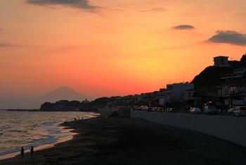 四姉妹が喪服で歩くシーンは、稲村ケ崎で撮影されたもの。  今は砂の流出により海水浴場がなくなってしまっため、ドライブコースとして通り過ぎることも多いかもしれませんが、浜辺に降りることはできるので、登場人物の姿に自分を重ねながら、感動的なシーンをたどるお散歩を楽しむのも素敵ですね。