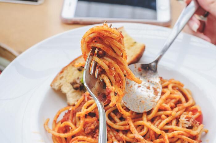茹でたパスタに絡めるだけで、本格イタリアンに仕上がる「パスタソース」。いろいろな味をまとめ買いしておくと、1人ランチも家族との夕食も手軽にササっと作れます。
