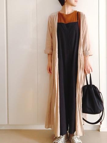 秋らしい深みのあるオレンジのインナーを差し色に、ロングカーデを羽織ったスタイリング。どちらも薄手の生地なので、重ね着してもボリュームが抑えられ、美しいIラインを形成。ラフなのに上品で大人っぽいコーデに◎