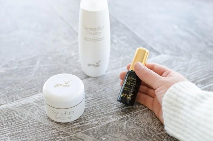 外出から帰宅した日の肌は、空調による乾燥や太陽の紫外線など、様々な刺激に触れています。頑張ったお肌に栄養を与えるように、いつものスキンケアに美容液をプラスしましょう。集中的にケアすることができ、即効性も期待できますよ。  化粧水→美容液→乳液またはクリームの順番でつけましょう。