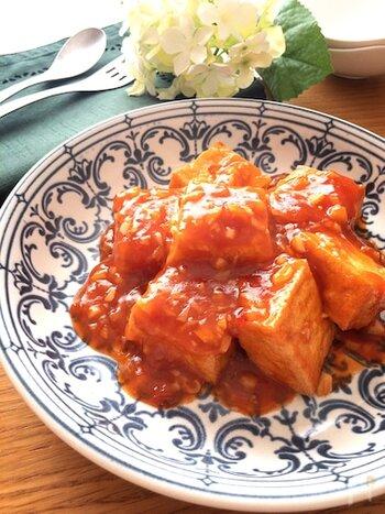 厚揚げをチリソースに絡めた時短レシピ。ケチャップや鶏ガラスープの素など、常備されている調味料で作れるので、見た目よりもずっとお手軽です。 辛味は豆板醤の量で加減してくださいね。