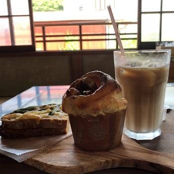 """店の隣では、ドリンクを購入すればイートインできる「茶屋町Cafe&deli」があります。焼きたて""""サワードゥ・ブレッド""""をお腹に詰めてから、ハイキングを始めるのもお勧めです。  【画像は、人気の『モンキーブレッド(バナナとピーカンナッツ)』と、『クロックムッシュ』】"""