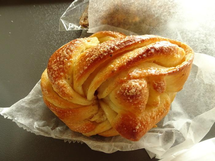 パン毎の素材の風味に、発酵種の香りが複雑に絡まるため、パンそれぞれで香りが異なります。その複雑さも、当店の魅力になっています。【見た目もキュートな『カルダモンロール』】