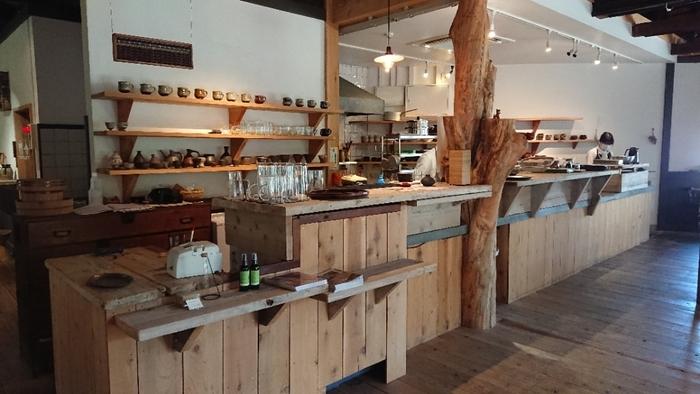 電気部品工場跡地の再生プロジェクトの一環として作られたもので、地域のコミュニティ空間としての役割をも果たしている多機能な食堂です。客席は、広い店内にも関わらず、わずか20席とゆったり。【客席傍の広いキッチン】