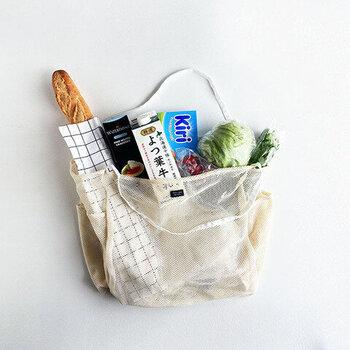 カビが生じやすい原因でもある、水分。バッグへ食品を詰める時にちょっと工夫して、水分の付着を極力避けるようにしてみましょう。  冷たいものと温かいものを密着させると、結露が発生して、バッグを濡らしてしまいます。「エコバッグ」に入れる順番を考えて、冷蔵商品同士は集めるようにするのがおすすめ。  ひとつのバッグに入れるときは、冷たいものの上に、常温のものをのせてから、温かいものを入れるなど工夫してみましょう。