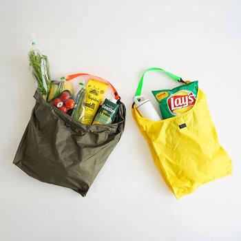 エコバッグは一つを大事に使いたいと思っている方が多いかもしれませんが、「食品用」、洗剤などの「日用品用」など、分けて使うほうが、清潔的に保ちやすい使い方。  「食品用」も、複数持って使い分けると安心です。上で述べたように、冷たい食品と温かい食品は密着させないように袋に詰めたほうが良いですが、割り切って「エコバッグ」を2つ用意してしまえば、密着させないように頭をひねる必要もなし。  温度帯によって入れるバッグを変えたりすることで、結露(水分)でバッグを濡らす確率を減らすことができます。冷たいものを入れるバッグは、ナイロンなど、洗いやすい素材などのエコバッグを選び、お手入れの頻度を高くしておきましょう。