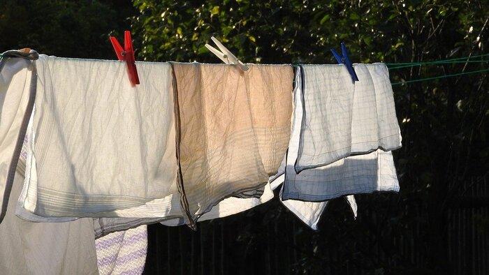 天気が良ければ、天日干しを。太陽の紫外線には殺菌効果があることで知られています。紫外線の強い10時~14時くらいに天日干しできると、より効果的です。風を通し、しっかりとお日様の光があたる場所に干すようにしてみましょう。  エコバッグを折り畳むのは、アルコールで拭いた後ではなく、外であれお家の中であれ、一度ちゃんと「干してから」折り畳むことを、使用ルールに出来るといいですね。