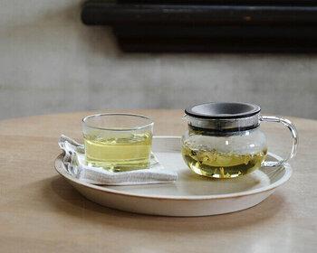 容量280mlのポットは1人分を入れるのに丁度いいサイズです。茶漉しがふたと一体化しているから、スッキリとしていて後片付けも楽ちんです。ガラスの胴部と取手の透明感がスタイリッシュで素敵なティーポットです。