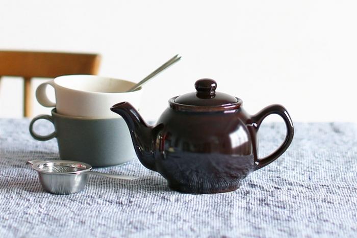 紅茶の本場、イギリス製の伝統的なティーポットです。コロンとした形と深みのある茶色い釉薬がシックでかわいらしいですね。テラコッタ製のティーポットで、耐久性が高く保温性にも優れていることから、紅茶に適しています。1~2人に丁度いい400mlで、毎日使いに丁度いいサイズです。