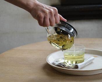 ふたをして茶葉を蒸らしたら、カップに注ぎます。注ぐ前にポットの中をひと混ぜしたり、軽く揺すると紅茶の濃さが均一になります。ストレーナーなどを使って、最後の一滴まで注ぎ切りましょう。