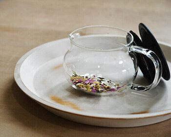 ポットには人数分の紅茶を入れておきましょう。1人あたり紅茶の量はティースプーン1杯が目安です。細かな葉の場合は中盛、大きい葉の場合は大盛にして量を調節すると良いですよ。