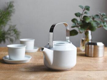 お湯を注いだ時に温度が下がってしまわないように、ポットは温めておきましょう。お湯を多めに沸かしておいて、ポットに注げば簡単です。ポットが温まったら、カップに注いでカップも温めてあげると◎。温かい紅茶を長く楽しむことができます。