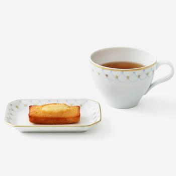 有田焼で作られたティーカップと小皿のセットです。透明感のある陶器の肌が、紅茶の色合いを美しく演出してくれます。優し気な呉須の青味も爽やかで、テーブルを華やかに彩ってくれます。