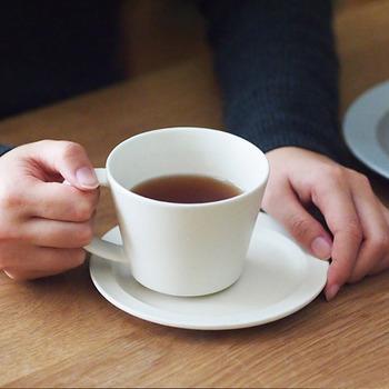 伝統的な美濃焼の技法で作られたスタイリッシュなティーカップ&ソーサーです。大きめに作ってあるから、たっぷりとお気に入りの紅茶を入れて楽しみたいですね。マットな質感ながら薄手で口当たり良く作られています。