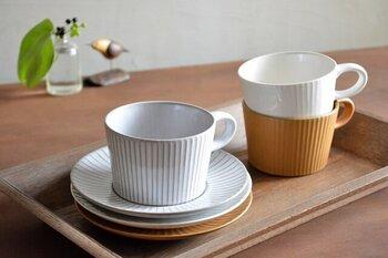 萬古焼のティーカップ&ソーサーは、「しのぎ」の文様が立体的で表情があります。クラシックで上品な印象もあって、小さく付いた取っ手にかわいらしさもあります。3色展開ですが、紅茶の色味を楽しみたいなら白がおすすめです。
