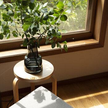 □Holmegaard / Flora ベース 24cmフローラ・ミディアム スモーク ホルムガードのフローラは、ダイナミックな枝ものや、ボリュームのある葉物を生ける時にオススメ。底が広く水を入れると安定感があるので、大きめの枝も受け止めてくれます。枝ものは花に比べ長持ちするので、ぜひトライしてみて!シンプルで美しいフォルムは存在感があり、どんなものも綺麗に生けられ部屋の主役になります。