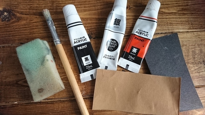 基本の黒×茶にシルバーを加えると、インダストリアルな雰囲気がプラスされ、とってもおしゃれ。 シルバーはペイントの最後にワンポイントに入れてもよく、土台にペイントすればブリキやアルミ素材かのように見せることもできます◎