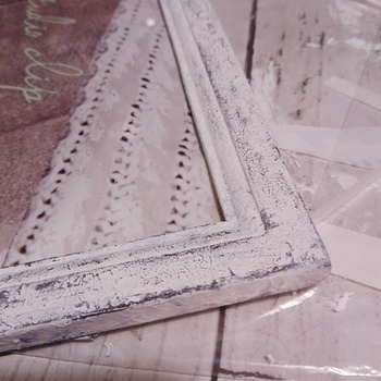 シャビーなクラックを、アクリル絵の具を使って作ったフォトフレームのアイデアです。 ベースに白をたっぷり乗せるのですが、ティッシュで軽く叩くように塗っていくのだそう。