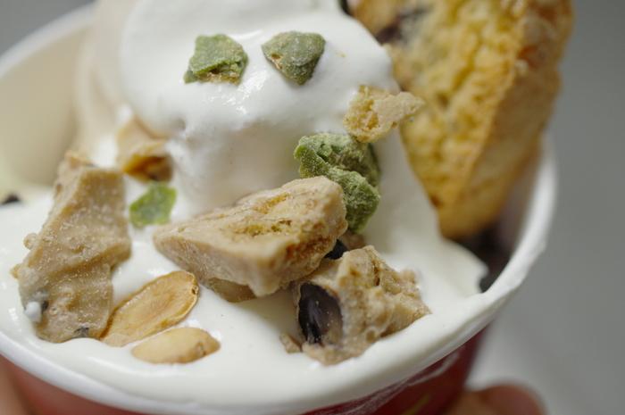 ウエハースの様にアイスにひたすと、立派なスイーツに。さらにナッツなどを散らすと、パフェの様な感覚で楽しめます。もちろんお好みのアイスでOKですが、ソフトクリームの様な少し柔らかいアイスだと食べやすいかもしれませんね。