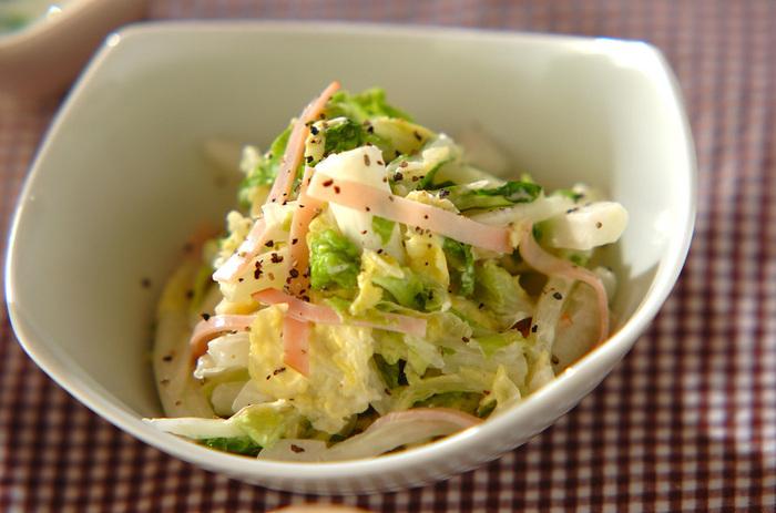 コールスローも、白菜を使うといつもと違う味わいを楽しめます。塩もみして水分をオフすると、2人分でも1/8株とたっぷりの白菜を食べられます◎ マヨネーズと甘酢などで簡単に作れるため、食卓にもう一品ほしいときにも大活躍!甘酢を作り置きしておくと、マリネや炒め物をササッと作れるので便利です。