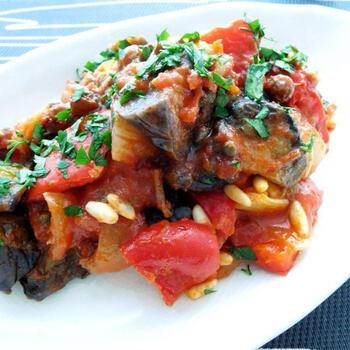 カポナータは、シチリア島が発祥の野菜料理。ナスやセロリ、パプリカなどをトマトとともに煮込みます。ワインビネガーや砂糖などで甘酸っぱさを加えるのが特徴です。