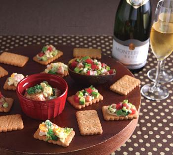 全粒粉ビスケットを使ったオープンサンド風アンティパスト。野菜や卵・チーズなどをのせて、フィンガーフードのように楽しめます。気さくなスナック風の一品です。