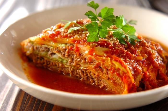 ミルフィーユのように、白菜・タネを重ねてトマトソースで煮込むだけの簡単レシピ。和食に頼りがちな白菜ですが、趣向を変えてイタリアン風にチャレンジしたいときにおすすめです。 おしゃれなメイン料理なので、ホームパーティーでのワインのお供としても◎ 仕上げにイタリアンパセリを飾ると、おしゃれ度がグンとアップします。