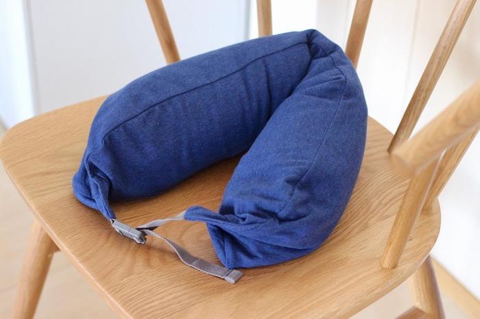 首を優しく包み込んでくれる「フィットするネッククッション」。先ほどの体にフィットするソファと同じ微粒子ビーズを使っていて、お手頃な値段なのもうれしいポイント。首に巻いてリラックスしたり、昼寝用の枕代わりに使ってもいいですね。旅行のときに顔を隠して眠れるフード付きタイプもあります。