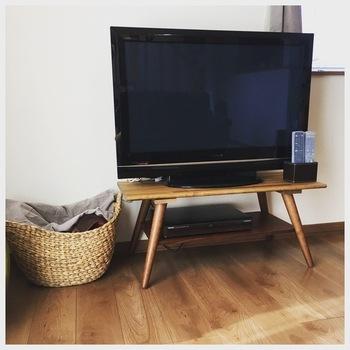 イチからすべて作るのではなく、家具をリメイクする方法もおすすめです。こちらは、テーブルの天板を外し、新しい木材を取り付けてテレビ台に。コンパクトなのでお部屋の角にも置きやすいですね。シンプルなデザインのテーブル風のテレビ台は、和テイストのお部屋にも馴染んでくれそう。