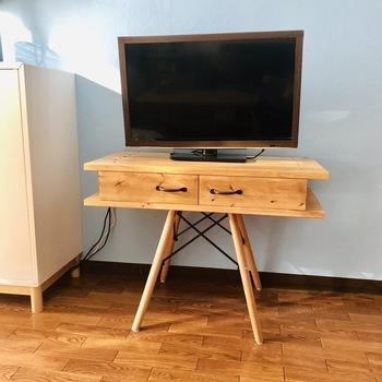 どこか北欧の雰囲気を感じられるテレビ台。それもそのはず、テレビ台に使っているのはイームズタイプチェアの脚なんです。木材でボード部分を作り、チェアの脚部分を強力ボンドと板材で固定しています。まるで既製品のようなクオリティの高さですね。