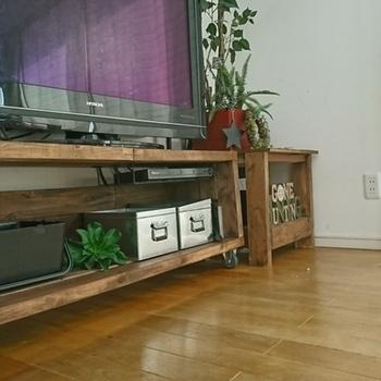 ツーバイフォー材を組み合わせたシンプルなテレビ台は、ペイントしてヴィンテージ風に仕上げています。キャスターを付けているので移動もラクで掃除がしやすいのもメリット◎収納力とおしゃれさを兼ねたブリキのボックスも素敵です。