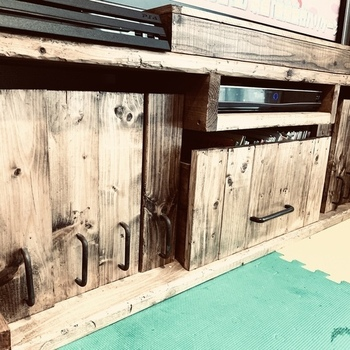 木材を組み立てて作ったテレビボード本体に、引き出しをプラス。イチから作るのではなく、ダイソーの小物入れケースに板を貼り付けるというナイスアイデア!これなら作る手間も省けて、プチプラでで作れます。取っ手にカスガイを取り付けたら完成です!