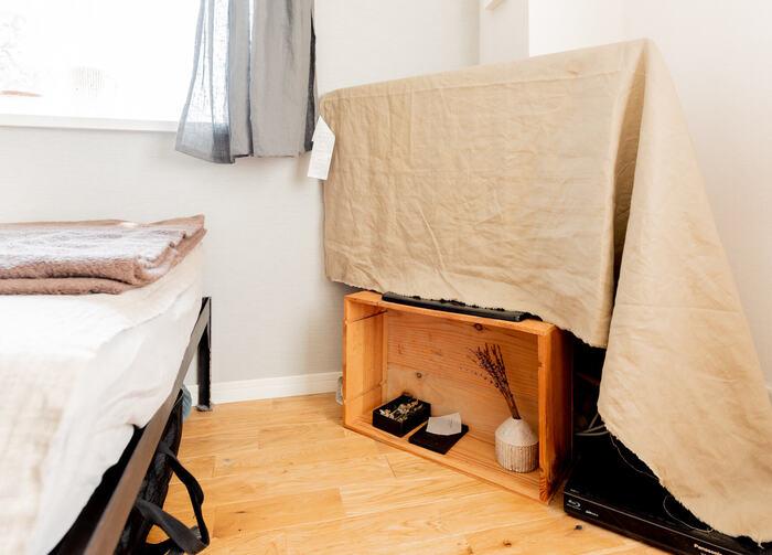 ワインケースやりんご箱など、不要になった木箱を活用すると、簡単で材料費もリーズナブル!箱の中に雑貨などを置くと、立派なディスプレイスペースになります。そのまま使ってもOKですが、ペイントすると仕上がりが綺麗に。こちらのお宅では、他のインテリアのじゃまをしないようにテレビを見ないときは布をかけています。