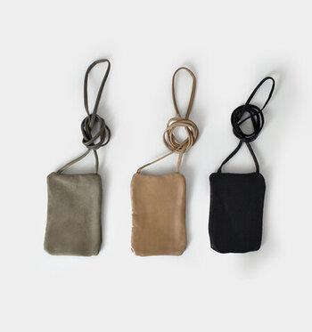 ポーチサイズのミニショルダーは、ちょっとしたお出かけの際や、サブバッグとしても活躍してくれるアイテム。カジュアルな印象のミニショルダーをレザー素材で仕上げることで、大人コーデにも合わせやすいデザインになっています。
