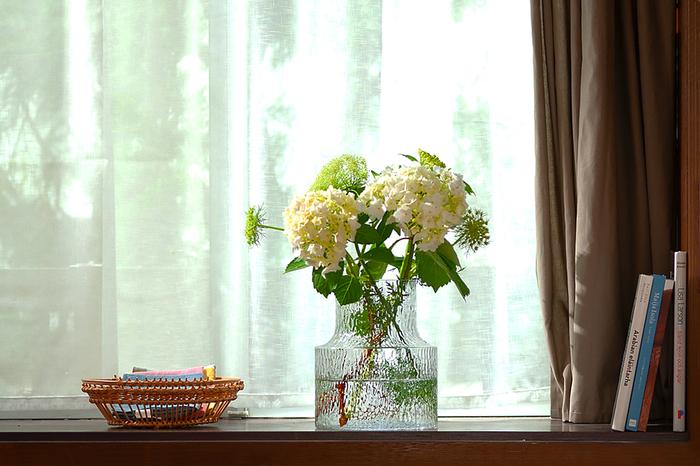 出窓や、カーテンを付けなくてもいいような小窓があるなら、ぜひその窓辺をパワースポットに。特に、ガラス雑貨は日の当たり方によって表情が変わり、さまざまな楽しみ方ができるのでおすすめです。一番手軽なのは、季節の花をガラスの花瓶に飾ること。飾るためのお花を選ぶのも楽しいです。