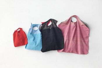 お出かけ・お買い物時に欠かせない「エコバッグ」。複数のエコバックを持つようにすれば、使いまわしを避けられるので、安全性が高まります。そして、定期的に、それぞれ上手にローテーションしながら、洗濯することが可能になります。  エコバッグの汚れ具合によりますが、あるひとつのエコバッグを「3回ほど使ったら」を洗う目安にするとよいでしょう。5日~1週間うちにだいたい3回買い物される方が多いそうですので、1週間に1度は洗いたいですね。
