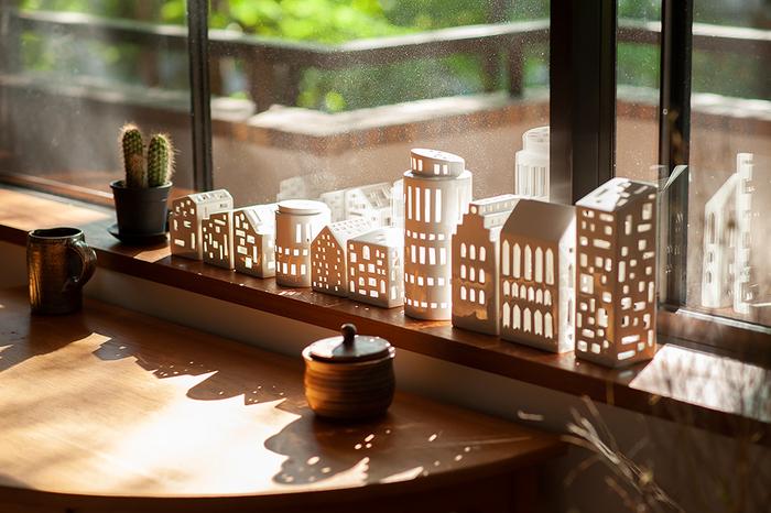 陶器でできた、家の形のキャンドルホルダー。夜にキャンドルを灯した姿ももちろん素敵ですが、朝は窓辺の光を受けてこんな美しい姿が楽しめるんです。光を受けた姿や、影の形も楽しめるアイテムを飾ってみましょう。