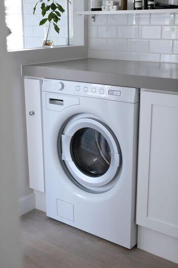 洗濯機で洗う場合は、ほかのものと絡んで傷まないように、ちょうどいい大きさの洗濯ネットに入れて、スイッチオン!  脱水の時間は短めにしておくと、かたちが崩れてしまうことがありません。
