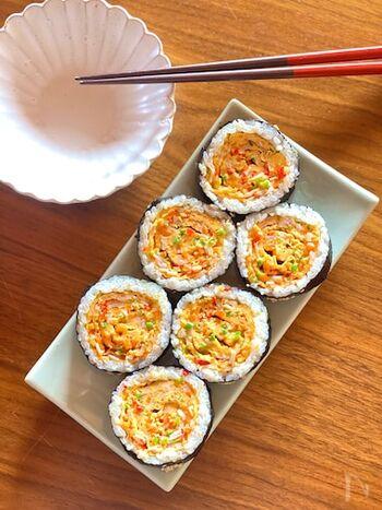 韓国の卵焼きのお寿司「キンパ」です。卵液にたくさんの野菜を混ぜるのでボリュームもありヘルシー。パプリカやにんじん、ピーマンなどの緑黄色野菜の色が鮮やか♪具材はみじん切りにするので、小さな子供にも食べやすくておすすめなメニューです。