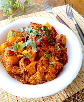 """カチャトーラは""""猟師風""""というイタリア語で、鶏肉やウサギ肉をトマトソースで蒸し煮した料理。地域ごとに地元の食材を多く使うので、バリエーションも豊富です。バゲットを添えてもおいしそう。"""