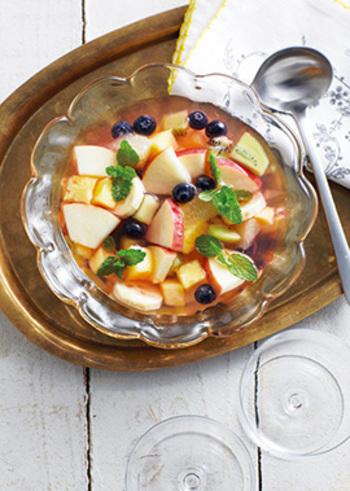 マチェドニアは、イタリアやスペイン・フランスなどで食べられるフルーツポンチで、マケドニアが多民族国家であったことが名前の由来といわれます。食後のデザートには、果物のさっぱりした味がとても合います。