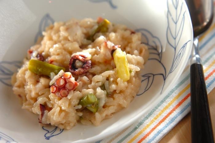 リゾットは、イタリアンの米料理。野菜や魚介のだしがお米にしみ込んで、優しく深い味わいが生まれます。こちらのレシピでは、タコとアスパラを使用。かために仕上げるといいようです。